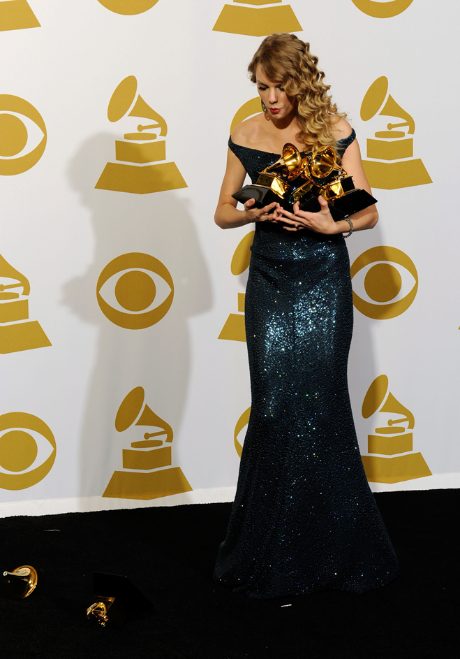 Armful-Of-Grammys-Taylor-Swift-02.jpg