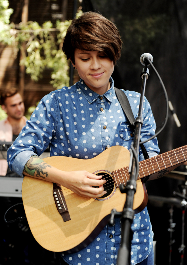 Tegan-And-Sara-Slideshow-Sara-02.jpg