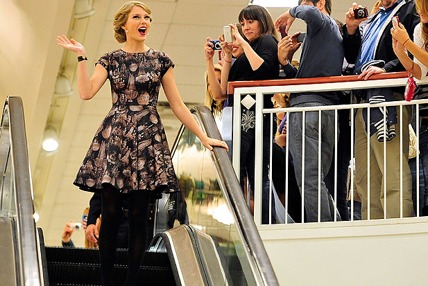 taylor-swift-escalator-1.jpg