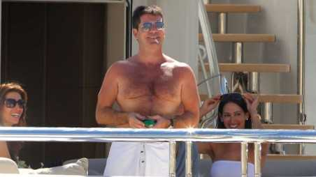 boat_SimonCowell_HOLDING