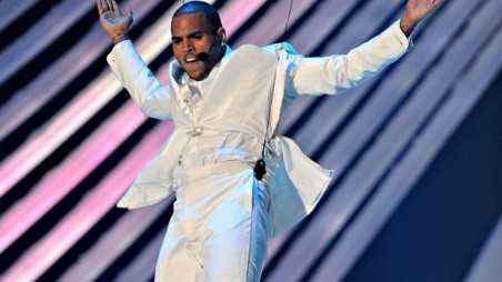 chris brown flying vmas