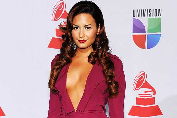 demi lovato clevage latin grammys dress