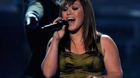 Kelly-clarkson-performs