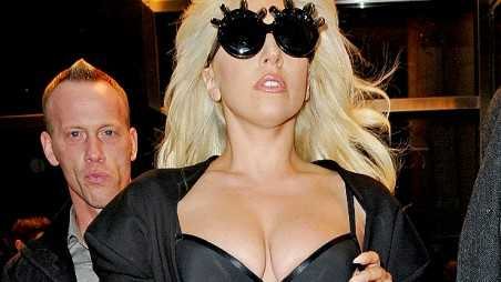 gaga-clevage-holding