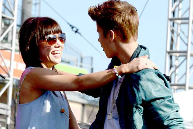 Carly Rae and Bieber Teen Choice - holding