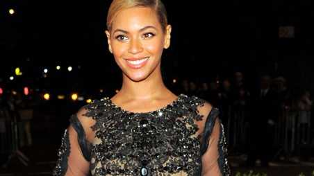 Beyonce in movie - holding