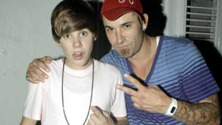justin-bieber-fathers-day-holding
