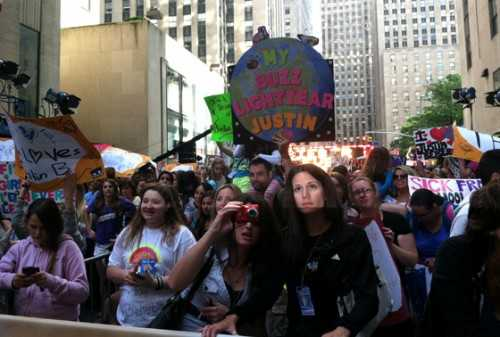 Justin Bieber Today Show Performance - Crowd - embed image